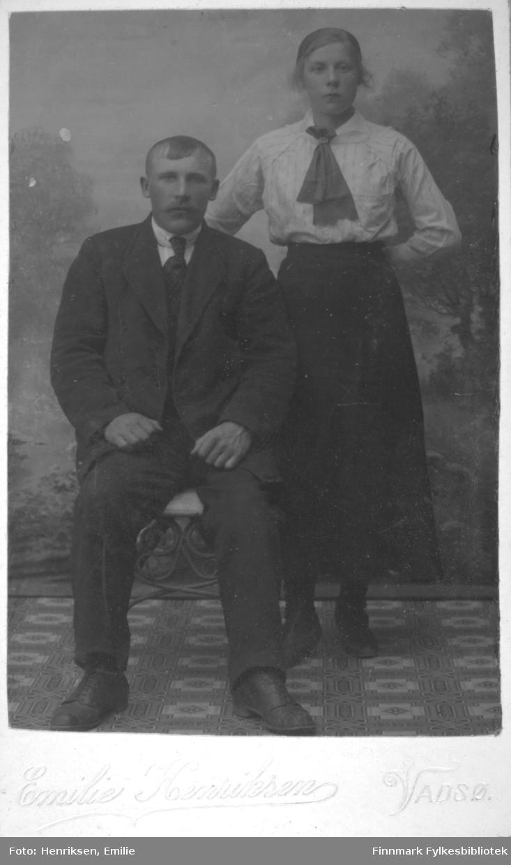 Visittkortportrett av en mann og en kvinne fotografert på fotoatelieret til Emilie Henriksen, Vadsø.