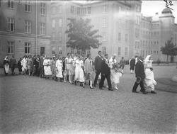 Brudpar med gäster utanför kasernen på Ryhov. Efter ankomste