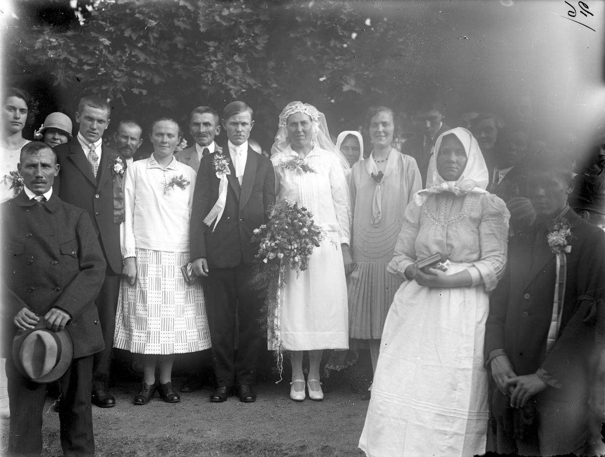 Ett brudpar utanför kasernen på Ryhov. Efter ankomsten till Jönköping 1929-09-02 var det några av svenskbyborna som ingick äktenskap, bland annat Gustav Annas och Emma Hinnas som vigdes 3:e september 1929.