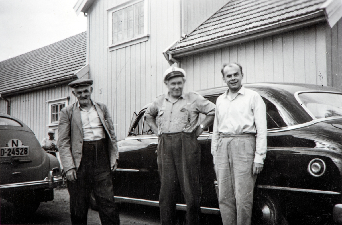 Oscar Tomter, Torleif Bronken og Gunnar Bahus. Trygdekassen og banken i Romedal har kontordag på Egerom annenhver lørdag. Bronken kjører bøkene. Trygdekassen hadde i flere år papirer i en bergansekk.