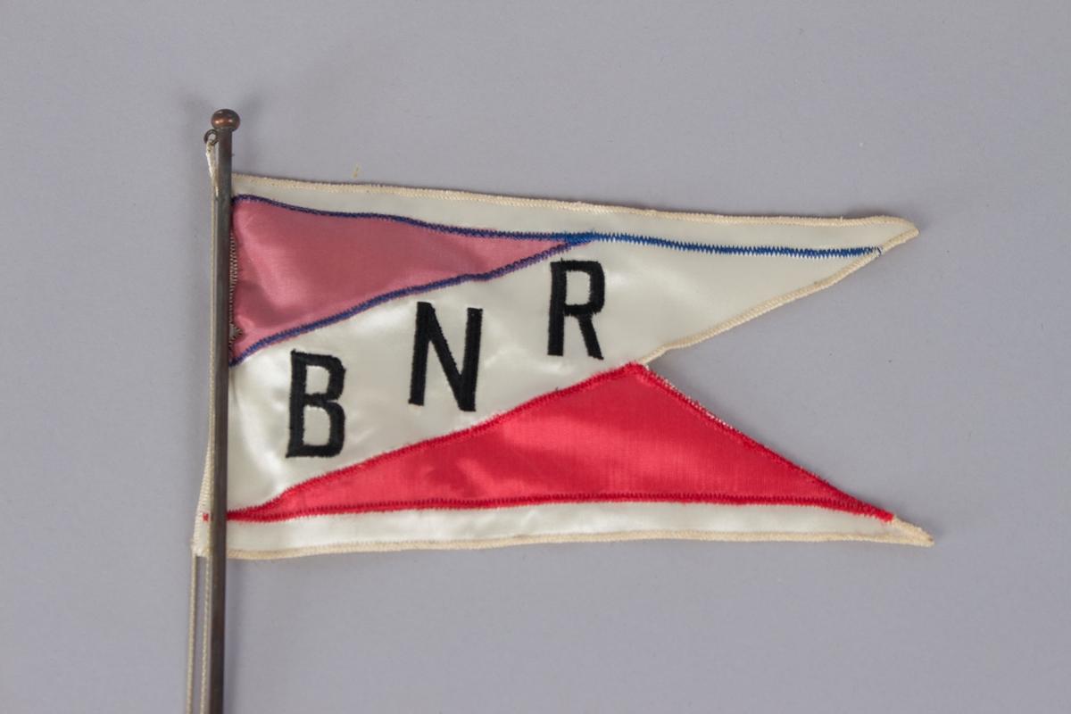 Vimpel for BNR med hvit bunn, sorte bokstaver og røde felt.