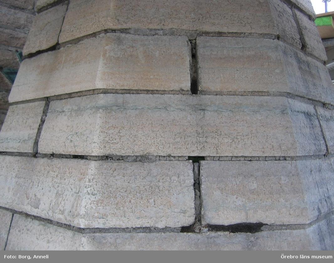 Renoveringsarbeten av tornfasader på Olaus Petri kyrka (Olaus Petri församling).Fog med mossa, nederst i bild, östra tornet.Dnr: 2008.230.065