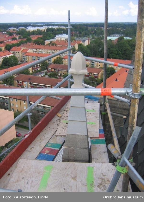Renoveringsarbeten av tornfasader på Olaus Petri kyrka (Olaus Petri församling).Delar av fialen är utbytt, östra tornet.Dnr: 2008.230.065