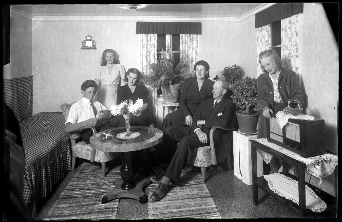 Familj samlad i vardagsrum