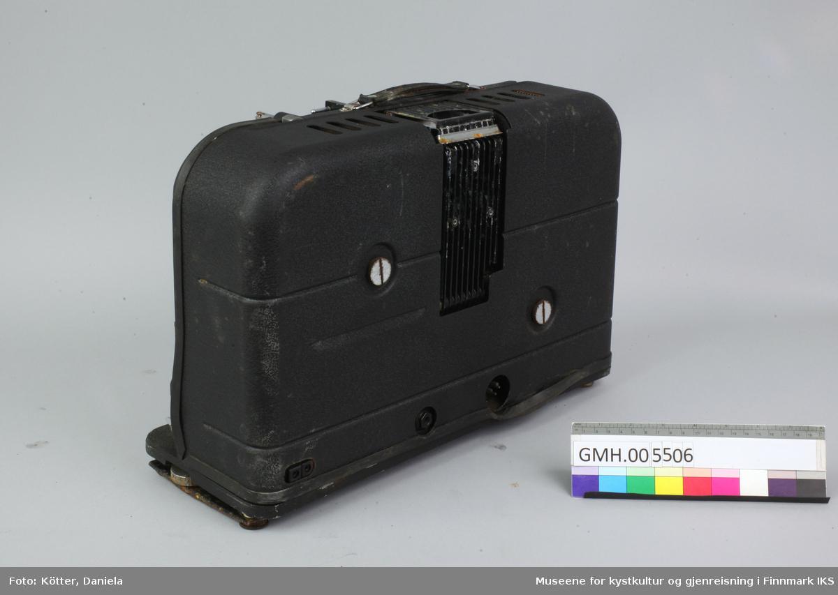Denne tunge prosjektøren har en korpus av svart metall. Den kommer i en trekoffert som er trekket med kunstskinn. I Kofferten er det et rom for prosjektøren og et rom til en kasse. Denne kassen har en sidevegg som er utført som skyvelokk. Siden som viser oppover i kassen har tre hull. Den inneholder en lyspære og er vel generelt tiltenkt tilbehør og/eller reservedeler. Til prosjektøren hører det et høyttaler som er registrert som GMH.005505.