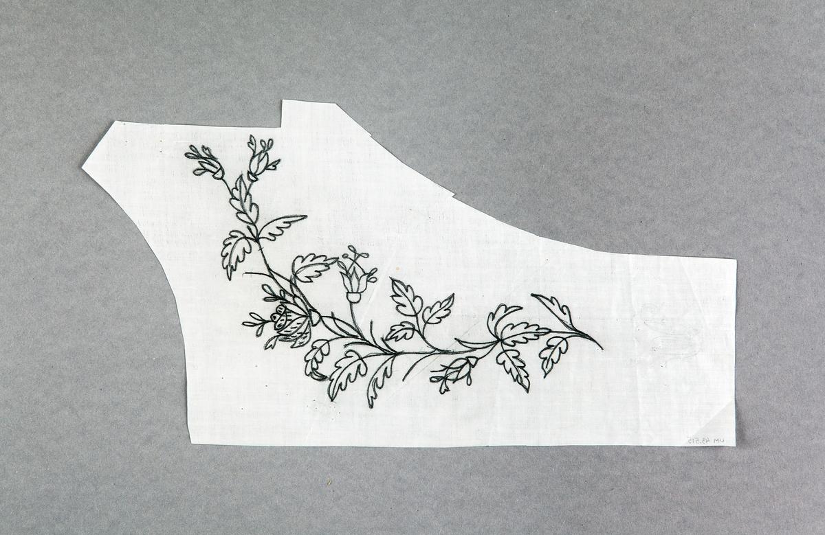 Mönstermallar, mönsterförlagor. Till daglinne. Mönster i form av blommor. Ritade med blyerts på plastigt papper. Papprena oregelbundna i formen.