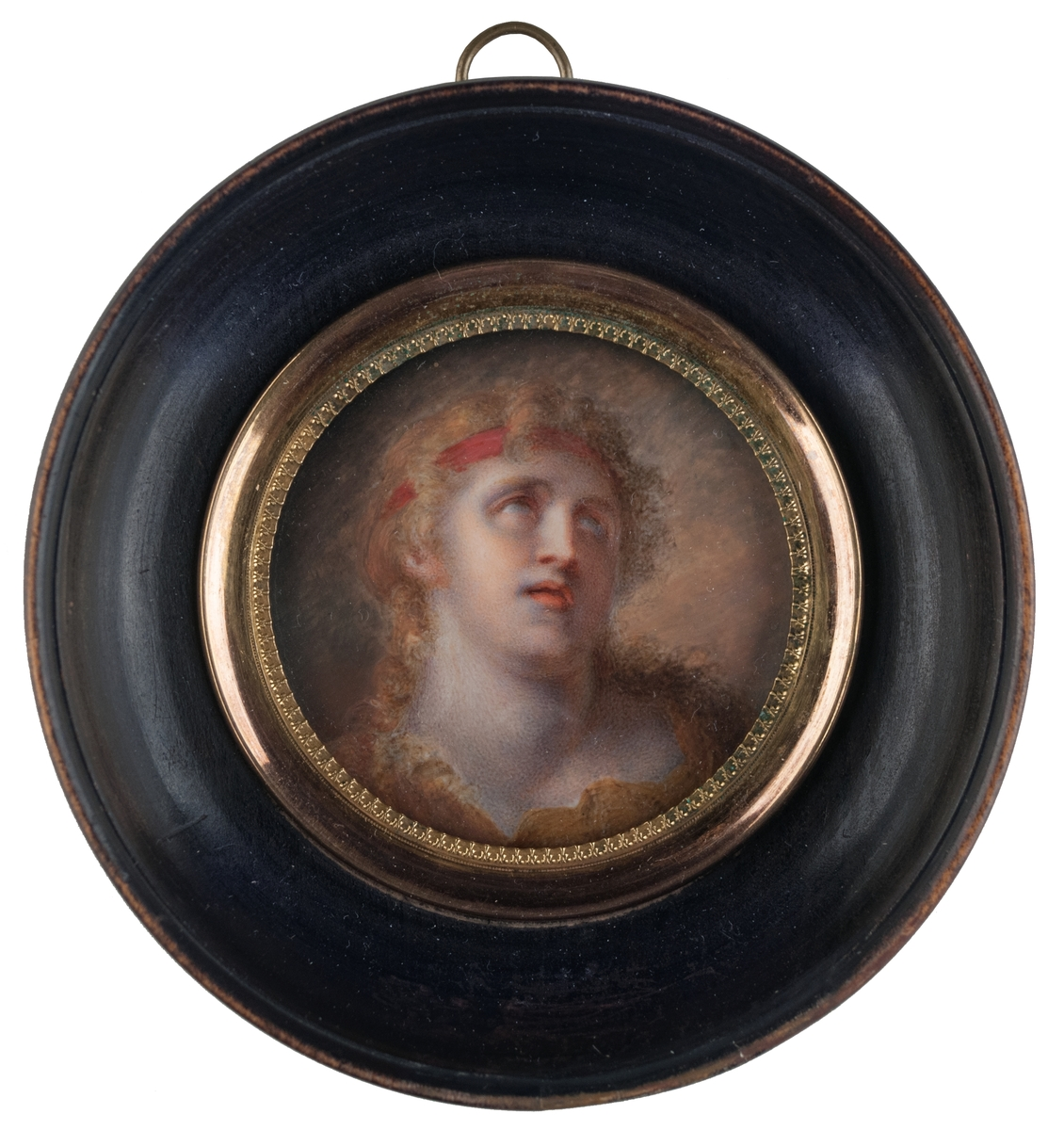 Motiv: gult, blått med instatser av vitt i högsta ljus. Rödbrunt hår och hårband i mörkare rött. Gul klädnad med halsöppning av oregelbunden form.
