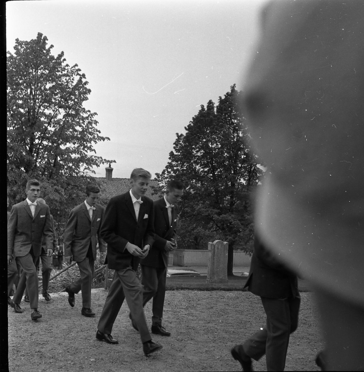 Manliga konfirmander på väg in till Gränna kyrka.