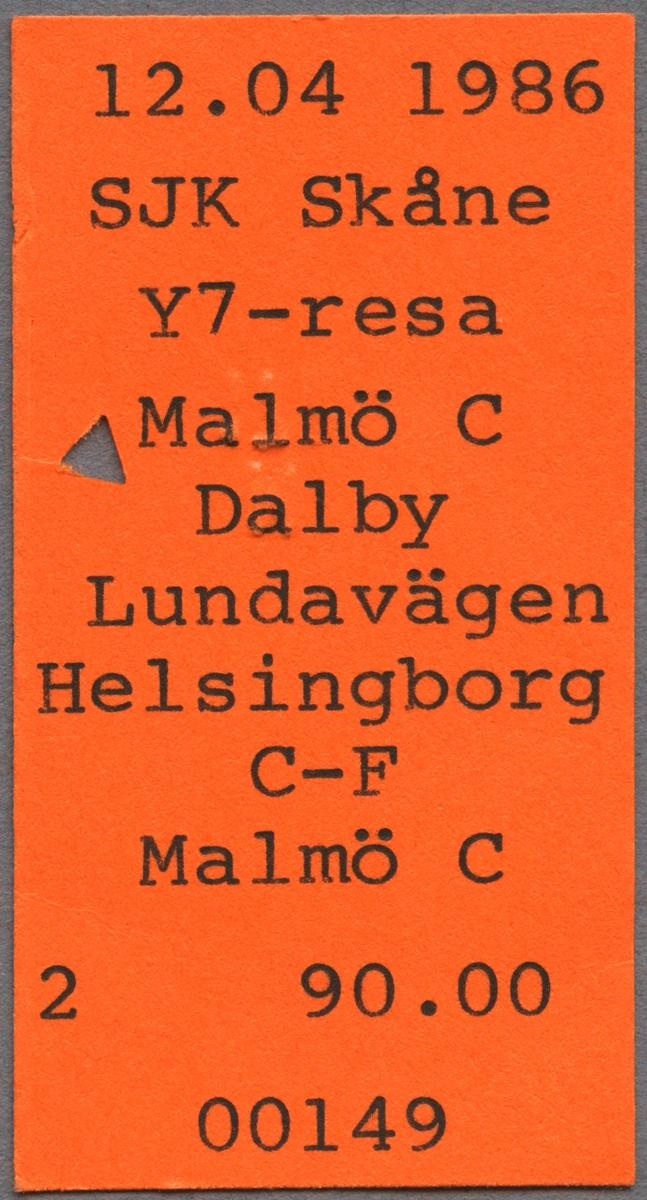 Biljett från Svenska Järnvägsklubbens (SJK) resa 1986-04-12 Malmö C Dalby Lundavägen Helsingborg C - F Malmö C. Biljettens pris var 90 kronor. Biljetten är klippt.