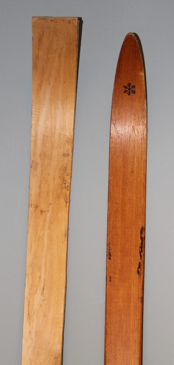 Langrennski laga av tre. Reperert i tuppen. Merker etter binding.