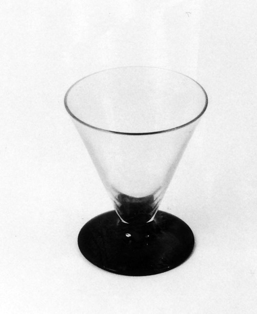 Likørglass som A 00505, men grønn fotpl.