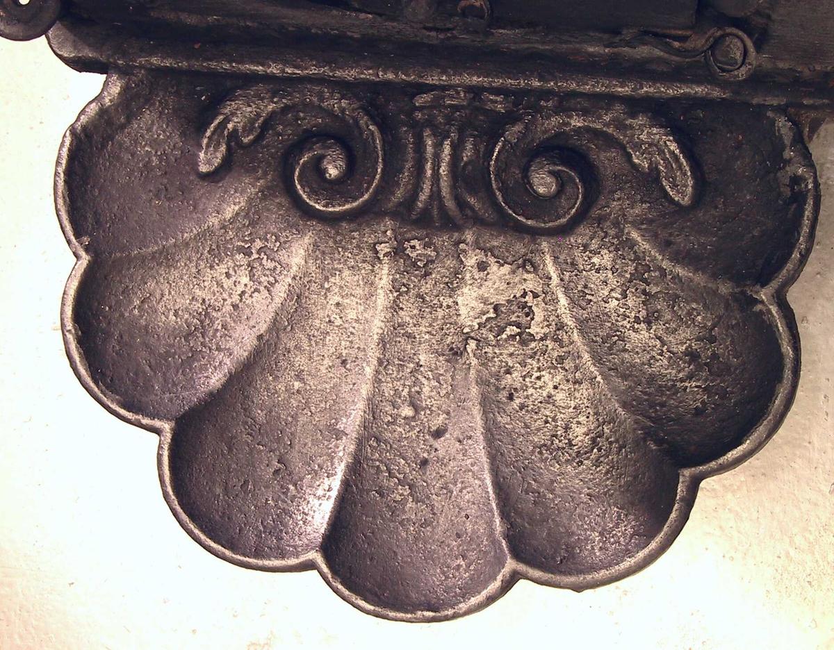 kongen, Chr. VII, portrettmedaljong  i utførelse fra København opphengt i  laurbærgirlande og båndsløyfe på riflet bunn,  platen har bred riflet ramme m. perlekant innerst.