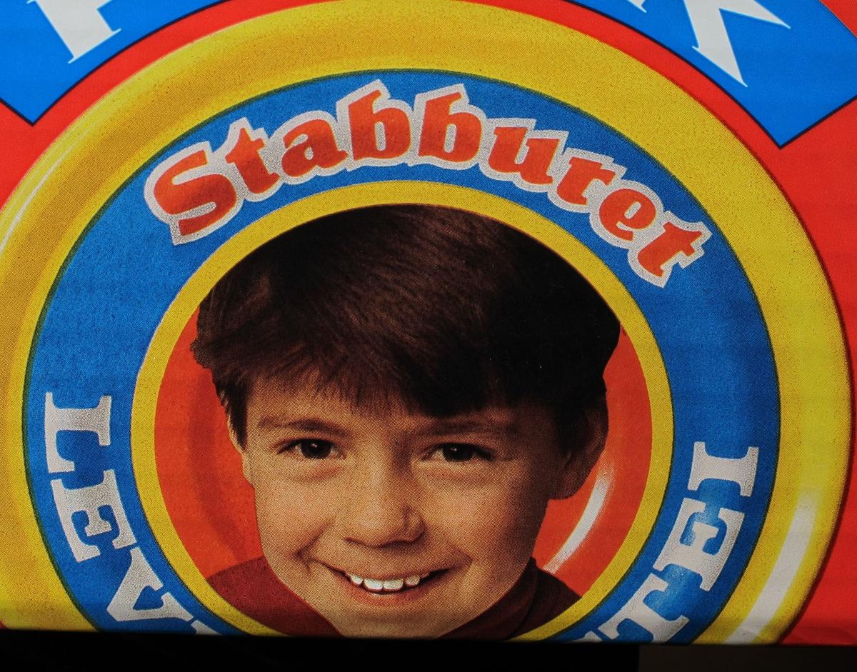 Leverposteiboks som er dekorert med portrett av en gutt.