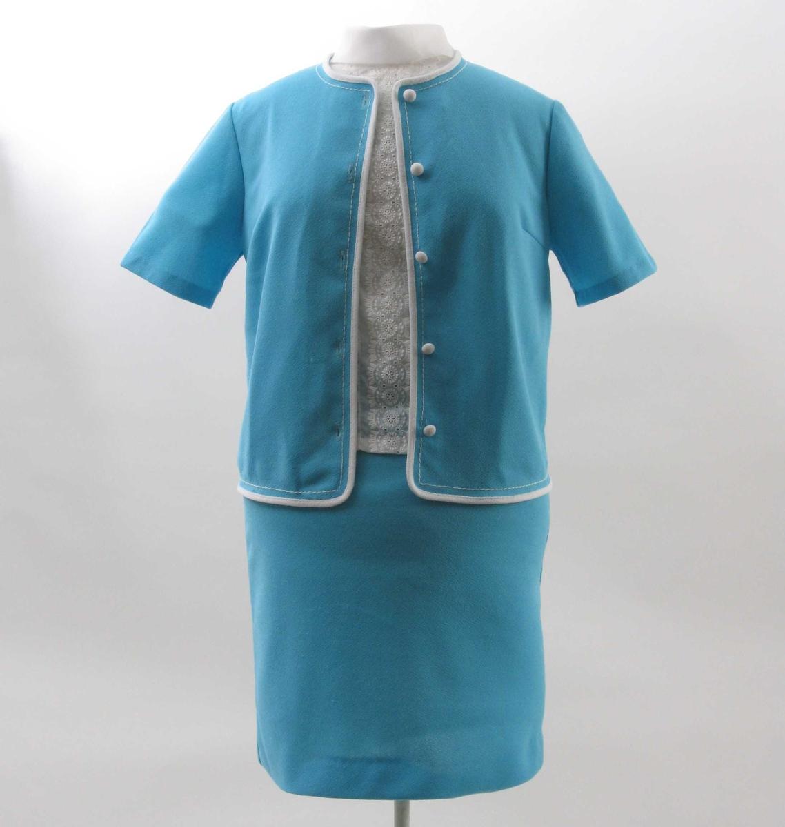 Overhøringsdrakt bestående av a) jakke, b) skjørt og c) bluse.