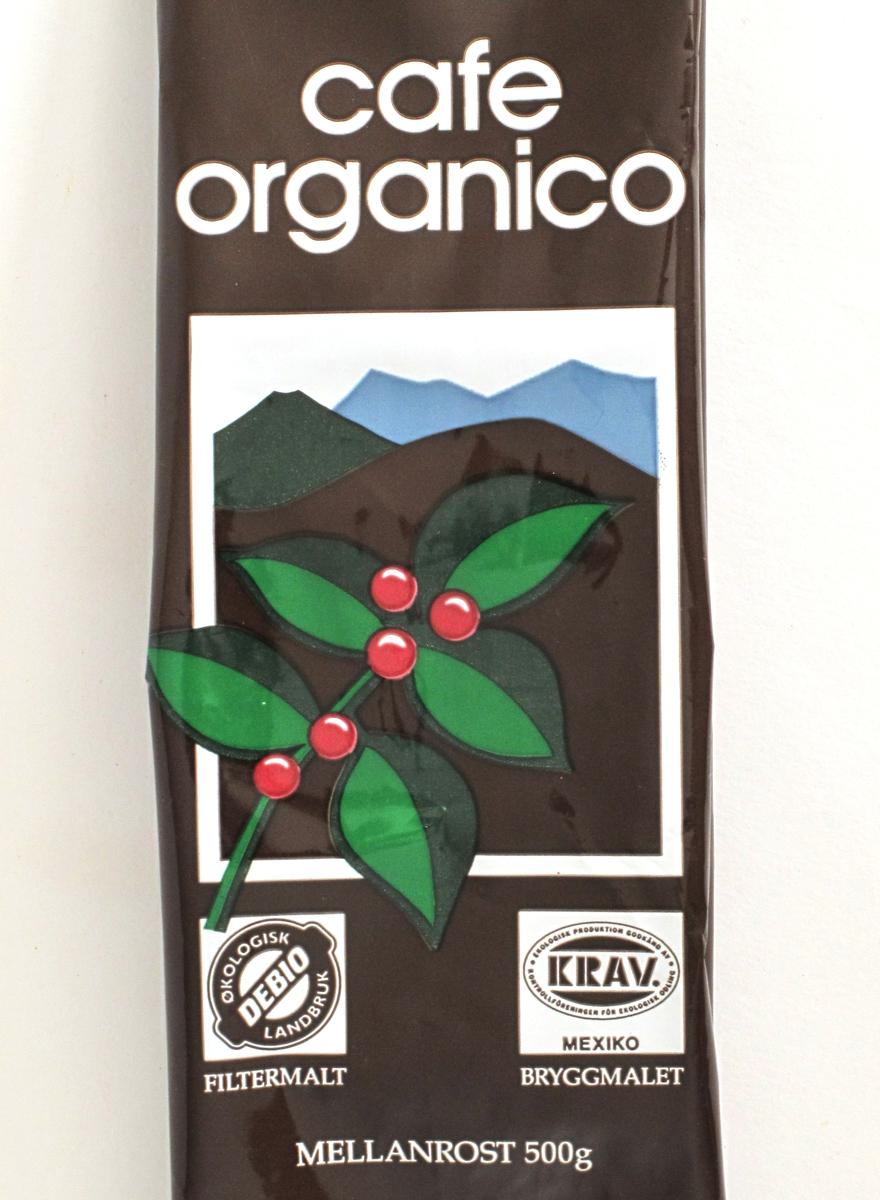 Kaffeplante med røde frukter i fjellandskap