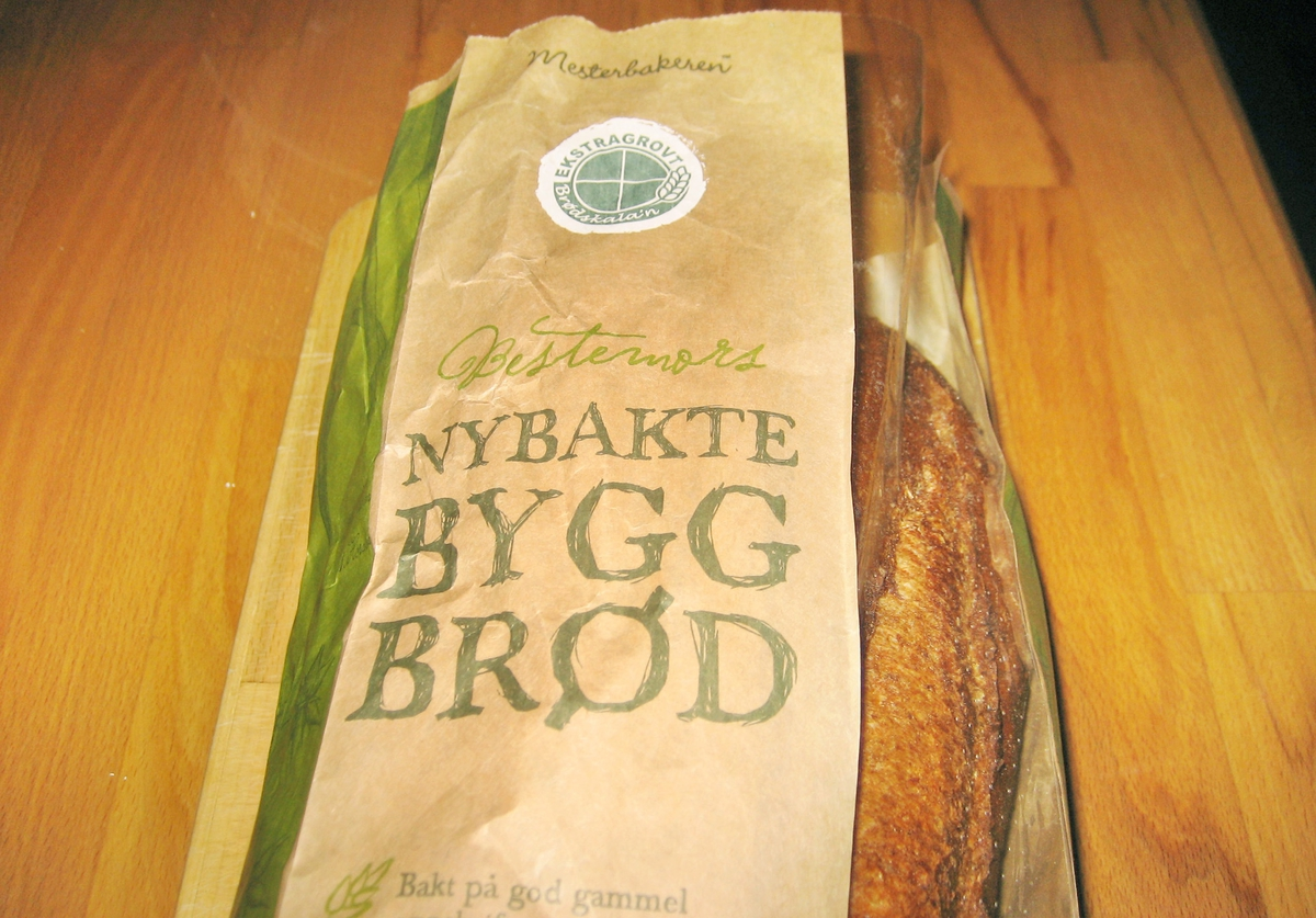 Det er ingen motiv på posen. Brødets navn Bestemors nybakte byggbrød står på forsiden.