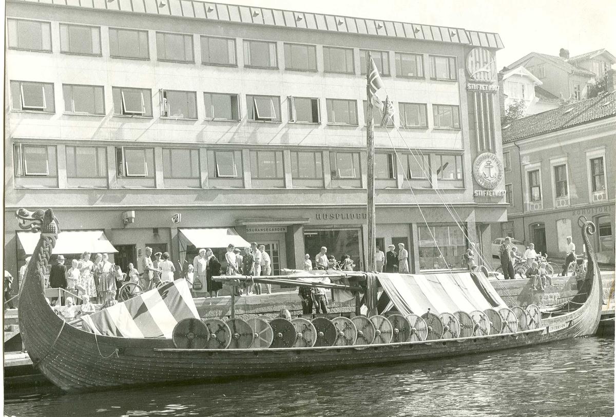 """Fartøybilder fra Agder  """"Leiv Eriksson"""", langskip Skipet ble bygget i anledning filmen """"The Vikings"""" med Kirk Douglas i hovedrollen fra 1957. Bygget på Tysnes. Kilde: Fartøybilder boks 44, Agderposten 22. aug. 1959. Baksidetekst: Arendal, Langbrygga, foto: Leif Gjertsen, AAA jnr. 311/1967  Opprinnelig filreferanse i eDepoet: F0121_Fartøybilder-SMW_090525\LEIV ERIKSSON I"""