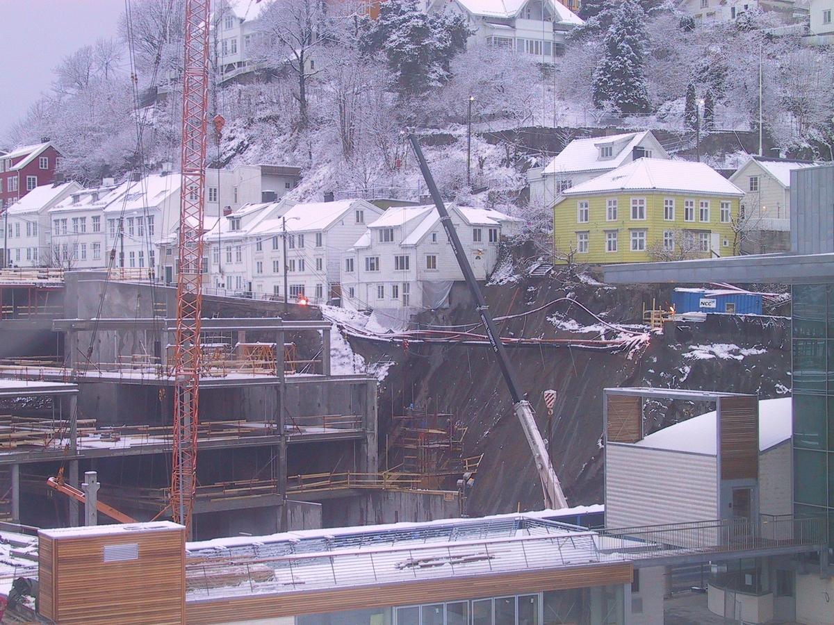 Arenasenteret under bygging. Bebyggelsen i Strømsbuveien er fremdeles synlig. utsikt fra Ant Lepsons atelier. Glatt fjell der veien raste ut.