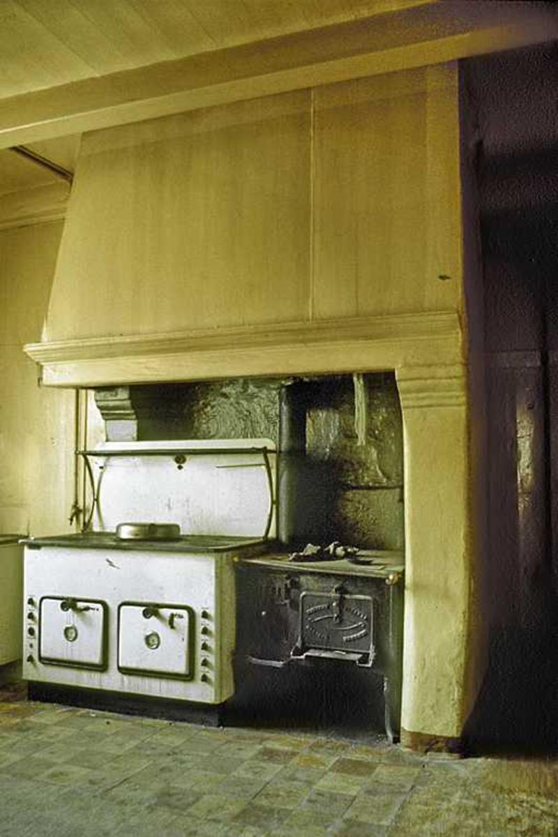 Arkitekturdetalj, Løvolds hus. Interiø, 2. etg.  SV- hjørne av huset. Kjøkken, m. grue. Vedkomfyr og elektrisk komfyr montert side ved side.