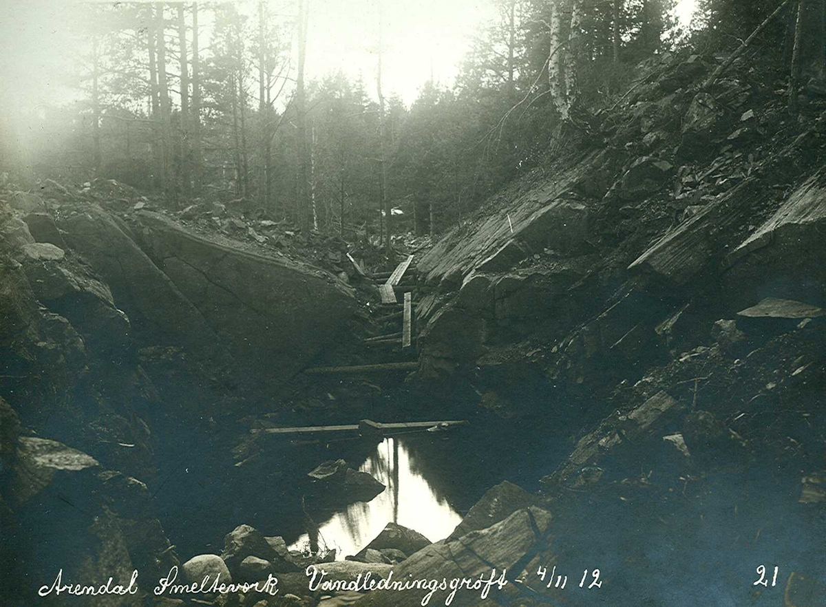 """""""04/11-1912"""" Nitriden. Smelteverket. Vannledningsgrøft for tilførsel av drikkevann til bedriftene fra Ulfsryggtjern og Stemtjern."""