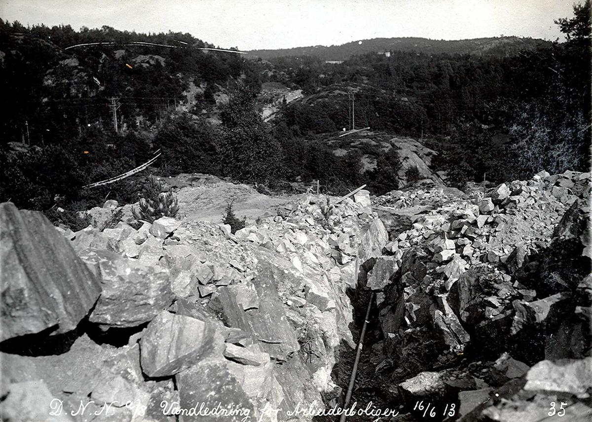 """""""16/06-1913"""" Eydehavn. Vannledning til arbeiderboligene i Nesgaten. Høydebasseng. Tromøysund og Tromøy i bakgrunnen."""