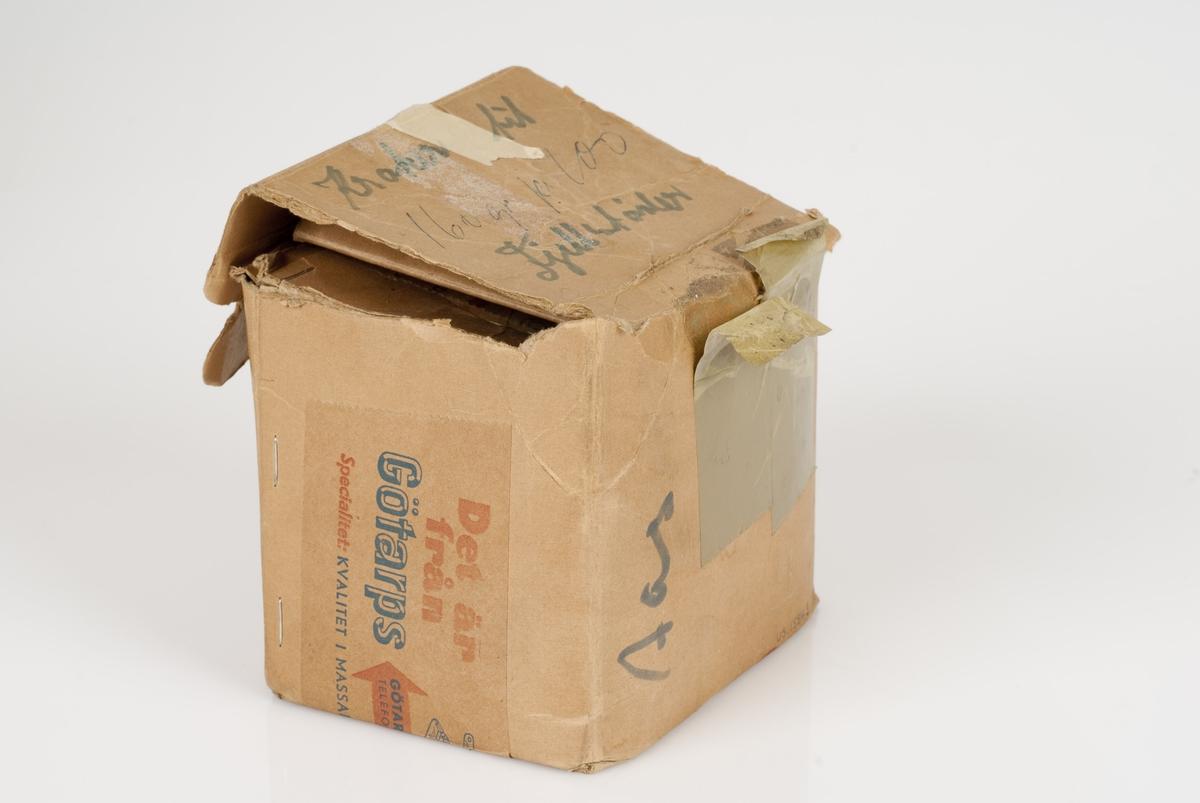 Maljer (til bekksøm støvler) av metall i en pappeske. Påført tekst på esken.