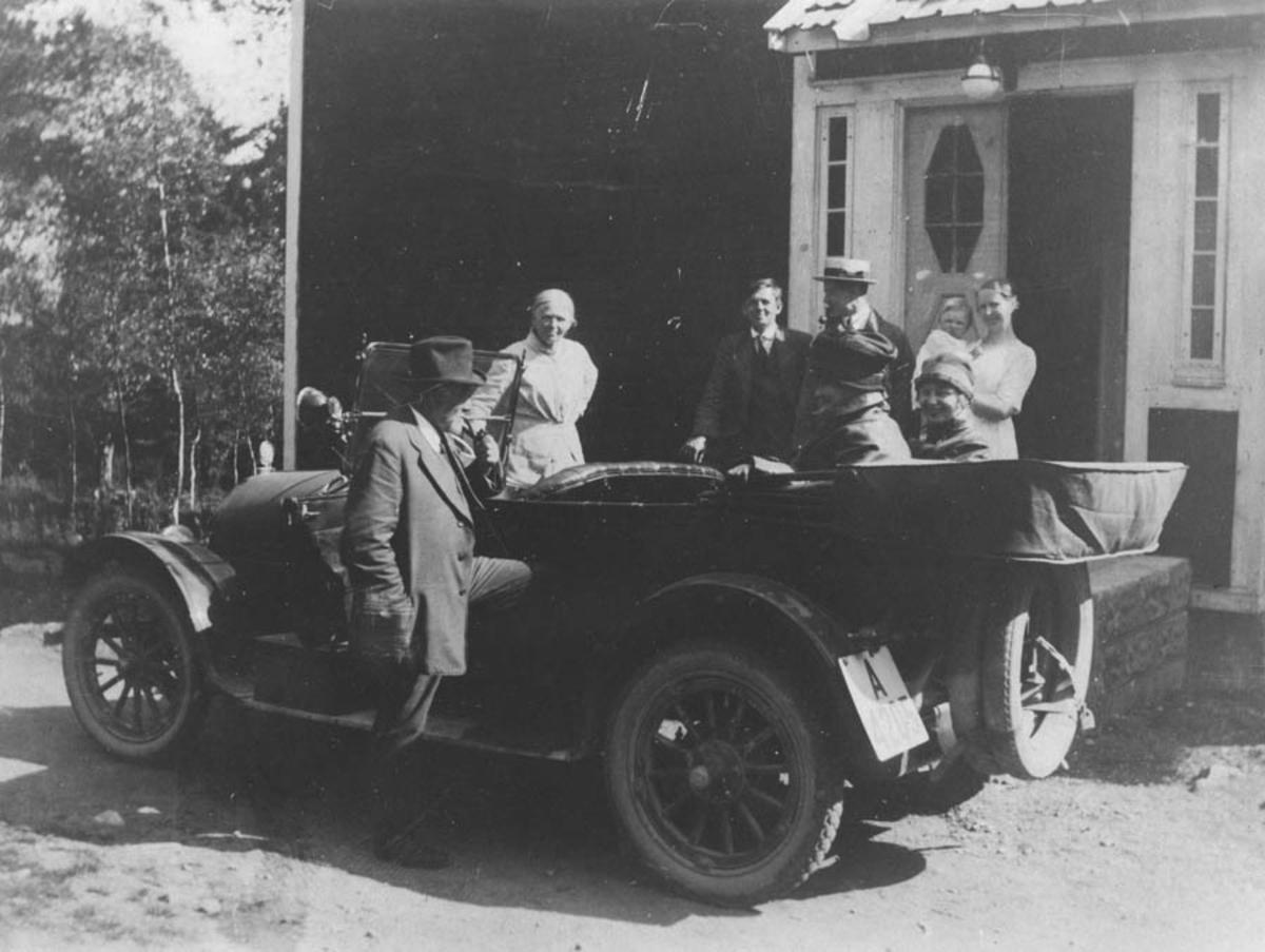 Gjester reiser: Fra venstre: H.P. Bjørnstad, Inger J. Bjørnstad, Jørulf Bjørnstad, 3 gjester, Tora Bjørnstad med sønn Hans Peter.