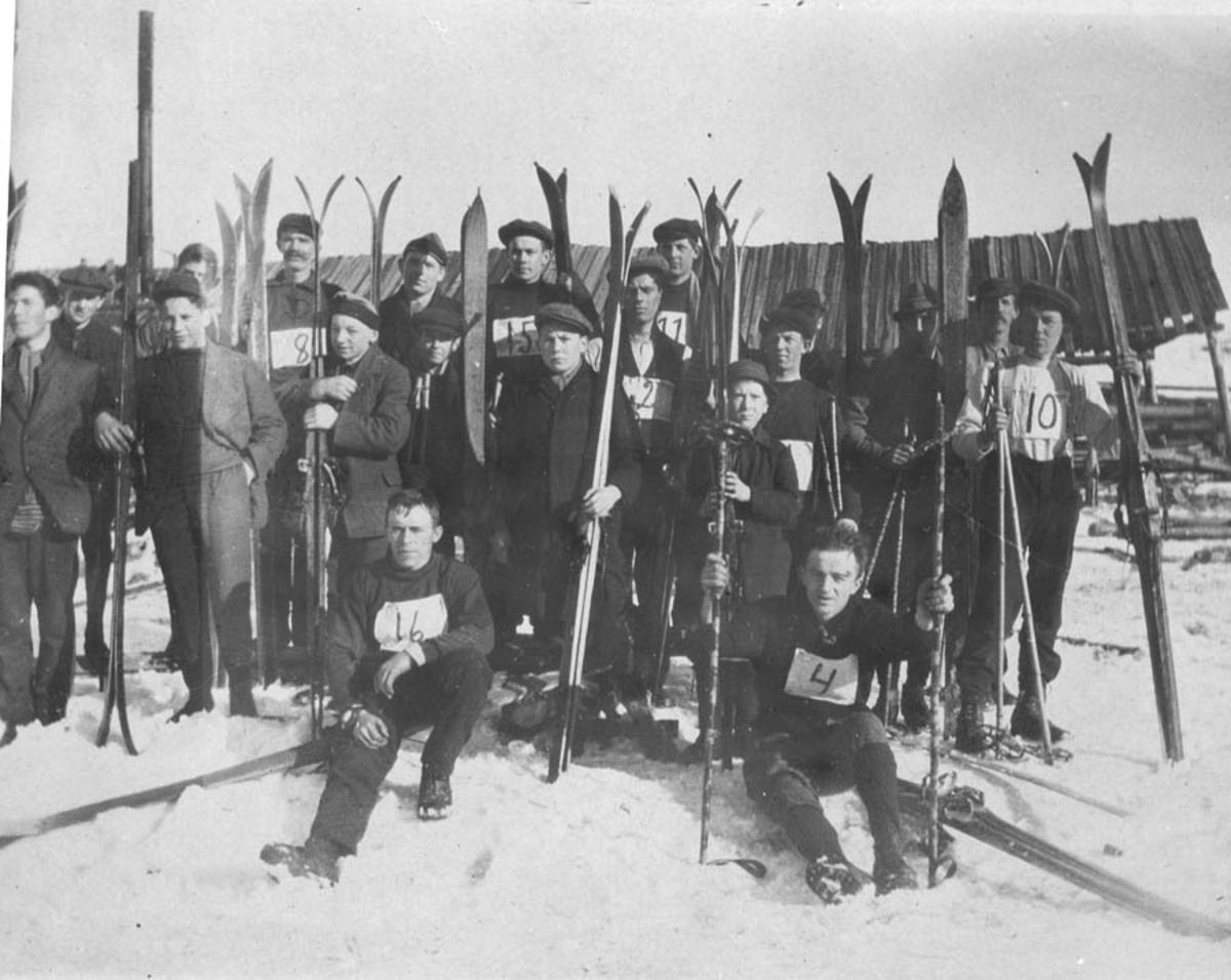 Deltakere i et skirenn oppstilt med nummer på brysten og ski.