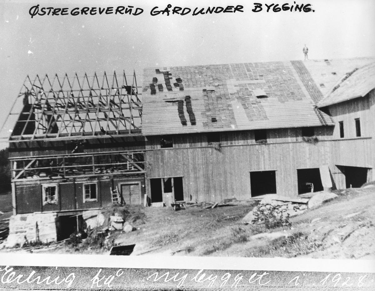 Ombyggingen av låven på Østre Greverud gård sommeren 1928.