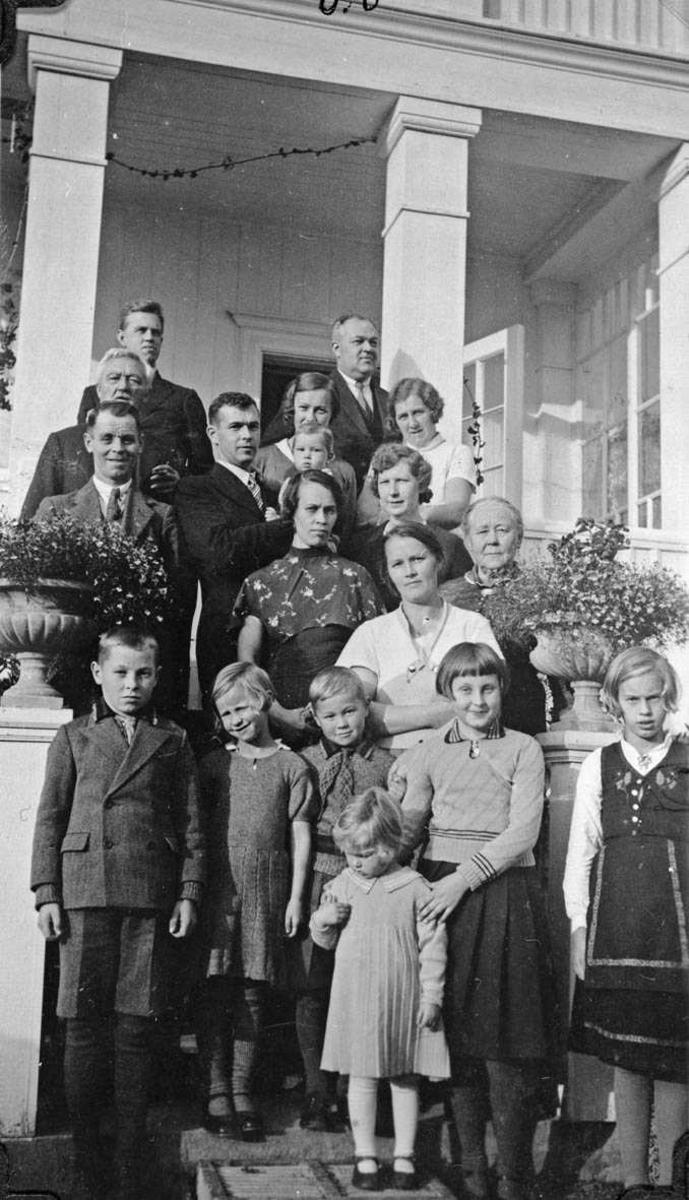 Familielag på altanen hos bestemor og bestefar på Flatland v.Toten