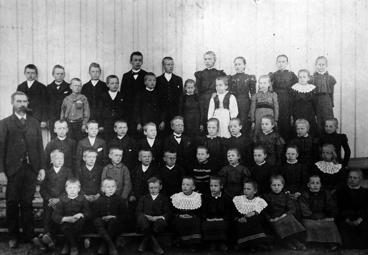 Lærer og elever ved Sundby skole ca 1898.
