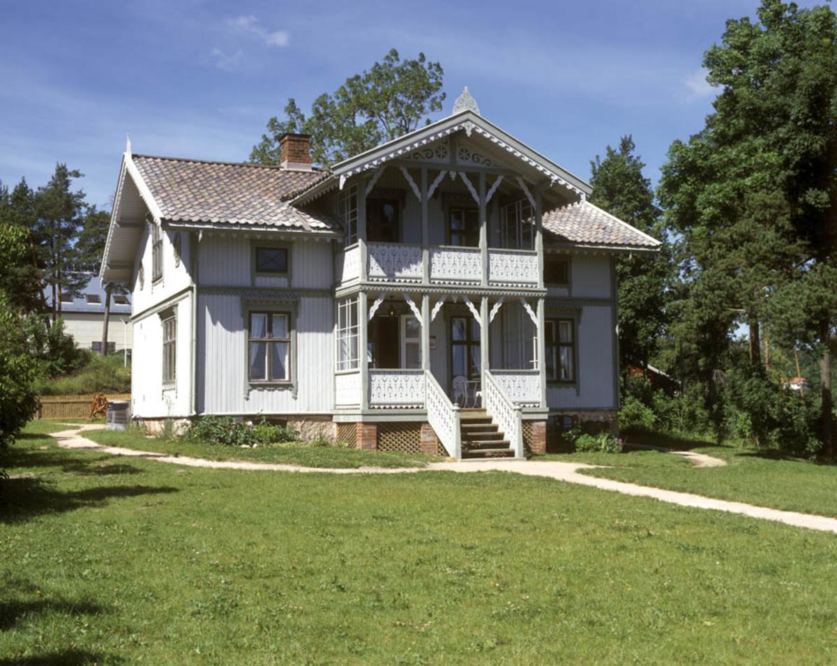 Asker museum, Vollen kystkultursenter. Selvik-villaen. Bygning i sveitserstil Grusvei omkretser huset.