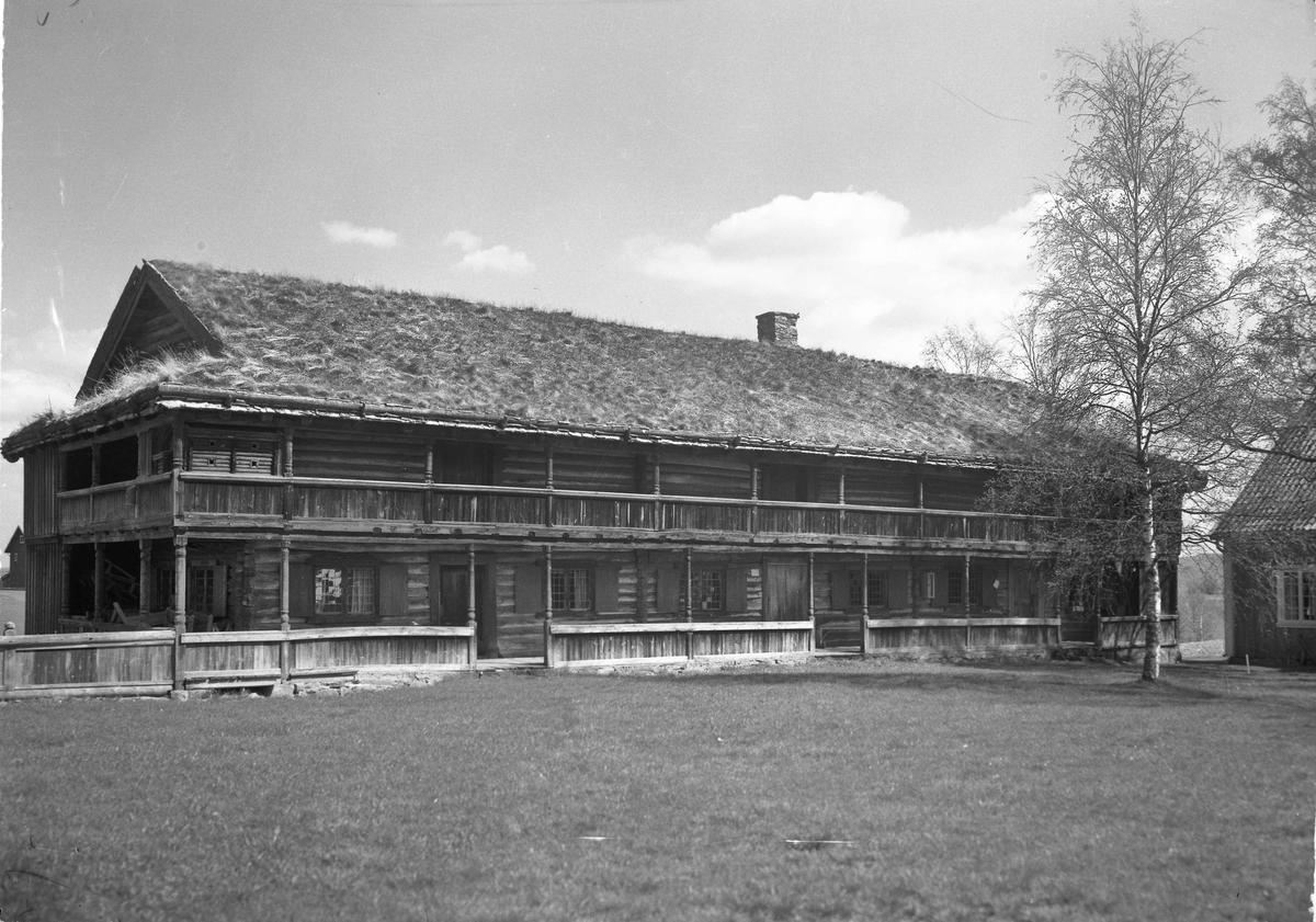 Tømmerbygning med svalgang. Fra Gamle Hvam museum?