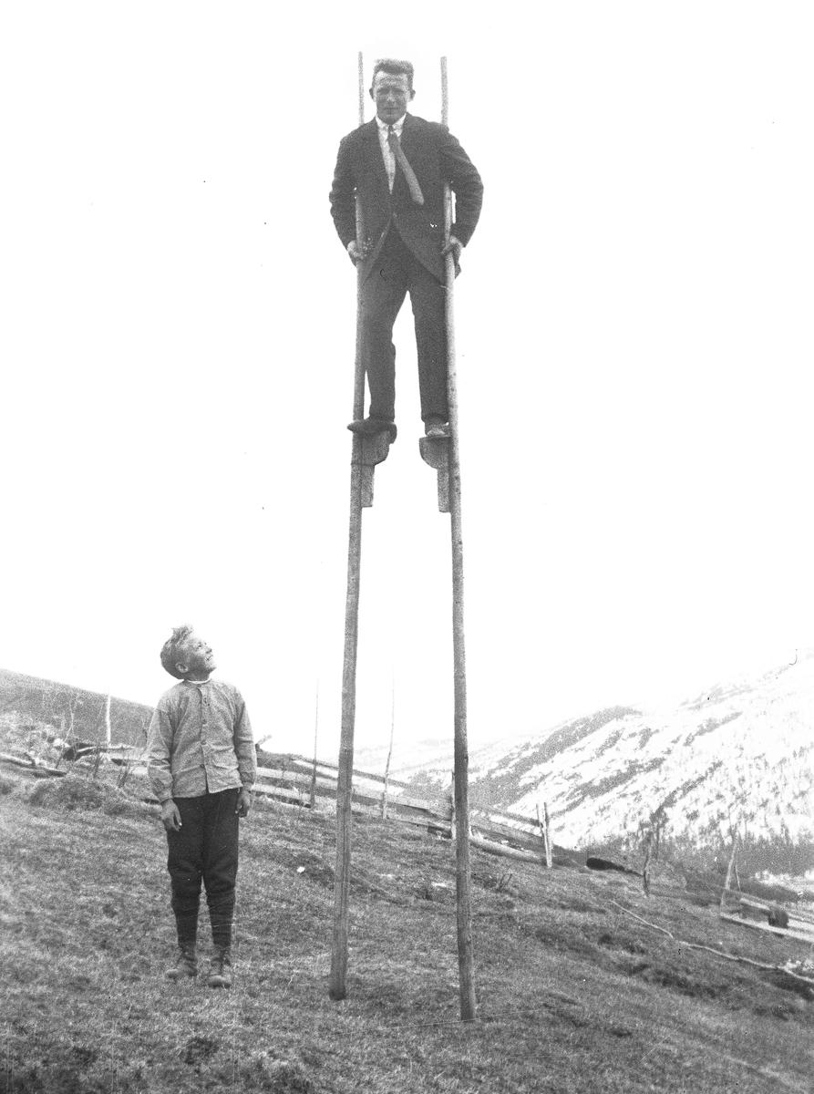 Sigurd Bry (1907-1981) på stylter.
