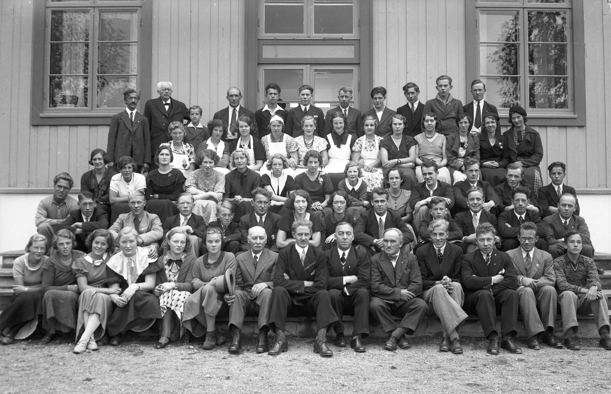 Gruppe. Ole Sæther foran. Han holdt kåserier om avholdssaken. Kan være Akershus Fylkes Husmorskole.