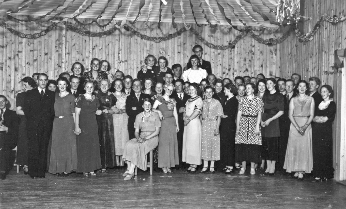 Stor gruppe kvinner og menn. Kan være fra studentfest. Alf Røvang og Tordis Hol helt bakerst. Alf Røvang er født i 1913. Bildet må være fra tidlig 30-tall.