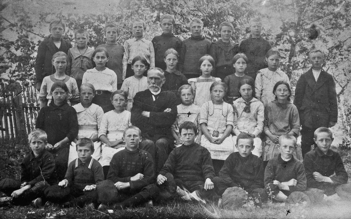 Vilberg skole ca. 1915. Anne Ruud (Habberstad) og Erling Ruud merket med kryss.