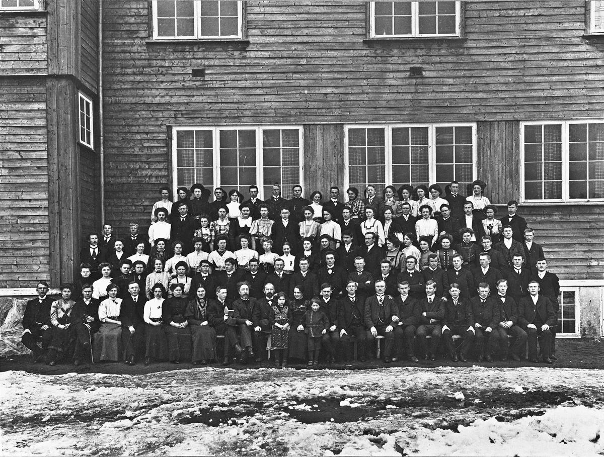 Gruppebilde. Lærere og elever ved Eidsvoll Folkehøyskole/Eidsvold Folkehøiskole.