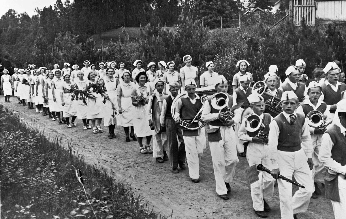 Sykepleiere eller elever fra Husmorskolen i 17. maitog.