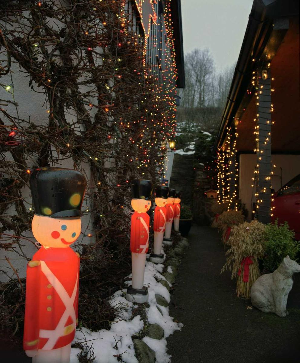 Julebelysning  Fantastisk julebelysning på enebolig. Lysende soldater og flerfarget julebelysning i lenke på hus- og garasjevegg