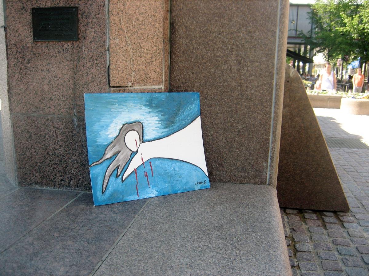 Minner etter terrorhandlingen den 22. juli 2011. Maleri ved fontene på Lillestrøm torg.