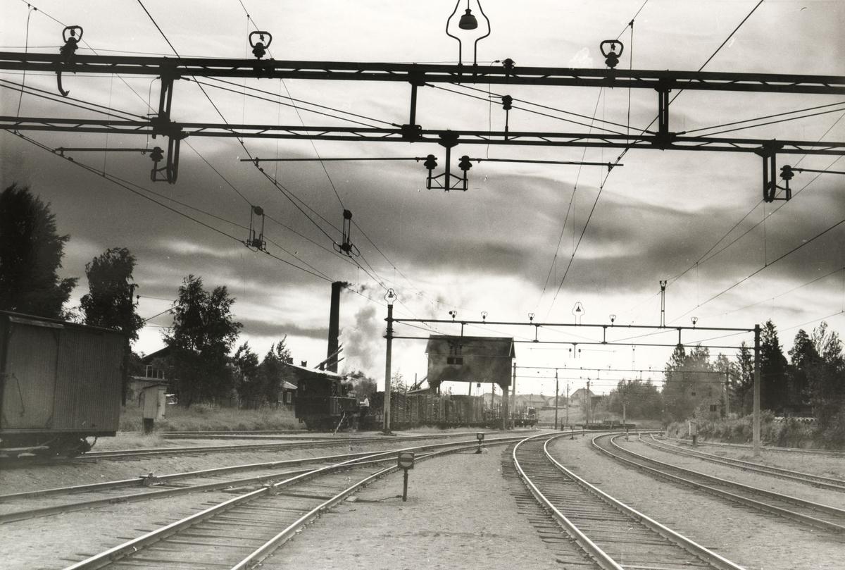 Skifting med lok 7 Prydz ved portalkranen på Sørumsand stasjon.
