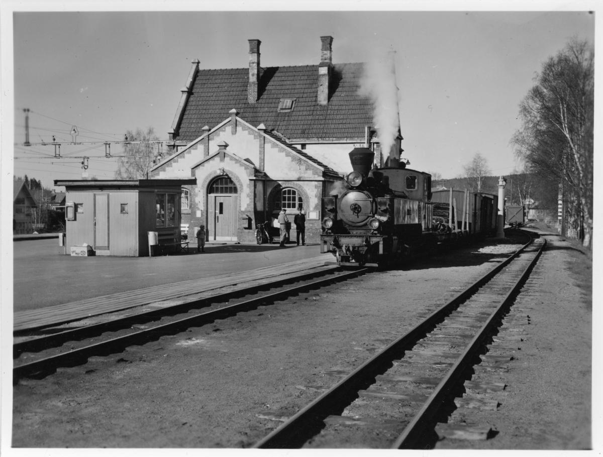 Tog 2051 til Skulerud avventer avgang fra Sørumsand stasjon.