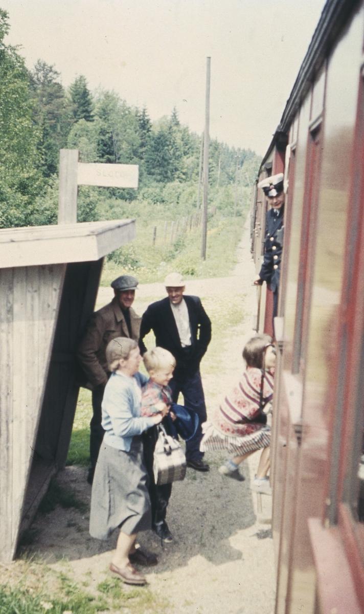 Reisende går ombord i toget på Slora holdeplass