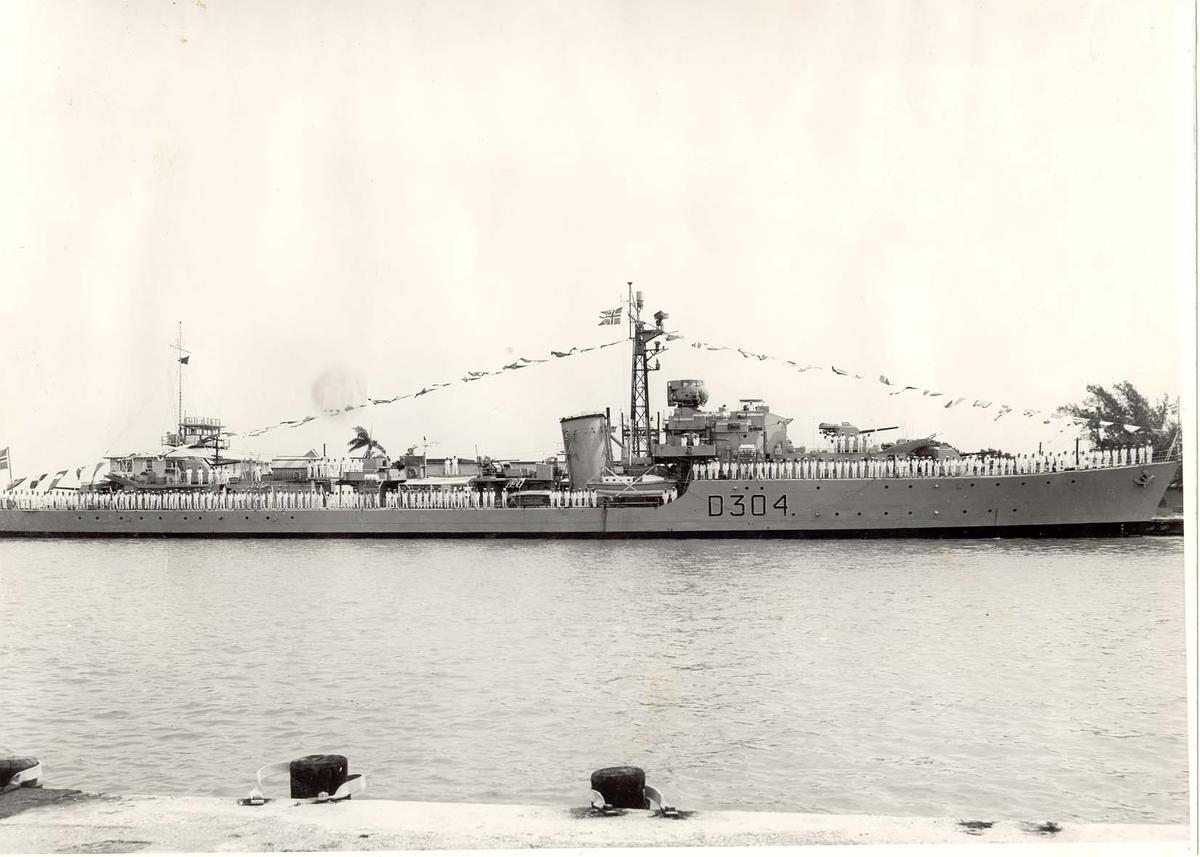 """Motiv: Jageren KNM """"Bergen""""s besetning i Key West, Florida, 17 mai 1962 - bemannet relingen"""