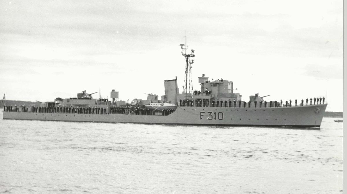 """Motiv: Eskortejageren KNM """"Arendal"""" (F310)Styrbord bredside"""