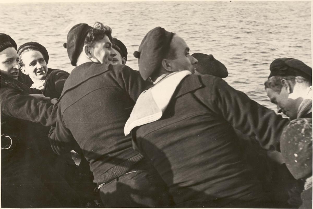 """Jageren """"Newport"""". Norske sjøgutter heiser livbåten på plass etter avsluttede øvelser om bord, våren 1942"""