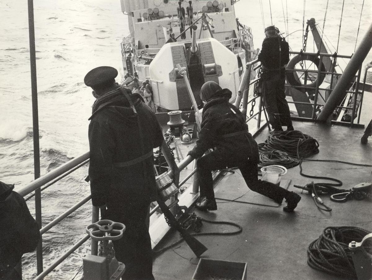 Enkeltbilde. KNM Tronsheim i kollisjon med tysk fregatt 1971. Den tydke fregatten Lybeck, renner inn i KNM Trondheim i forbondelse ,ed overføring i sjøen sør for den Engelske kanal feb. 1971