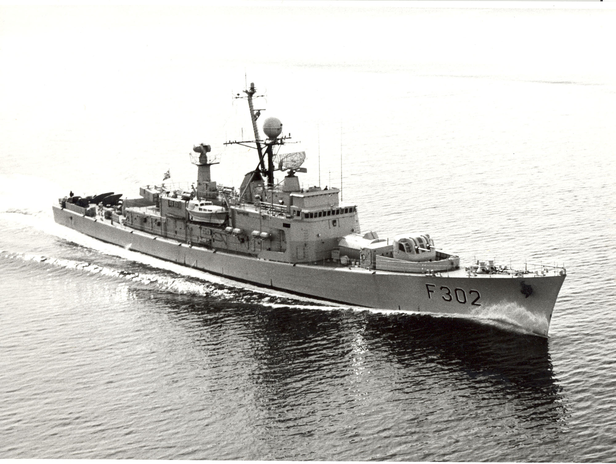 "Oslo-kl.fregatt KNM ""Trondheim"". under fart, styrbord baug."