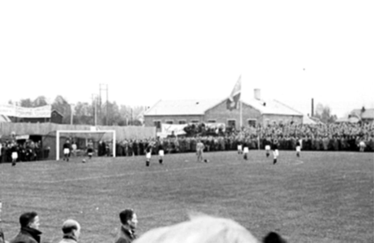 BRISKEBY GRESSBANE, ÅPNINGSKAMP PÅ BRISKEBY I 1938, FOTBALLKAMP MELLOM MJØNDALEN OG FREDRIKSTAD, PUBLIKUM VENTER